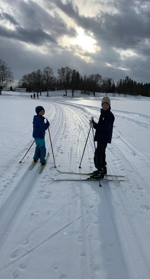 FINE FORHOLD: Fredrik og Konrad Skjellegrind benyttet seg av de fine forholdene i skisporet. De gikk løypa forrige søndag.