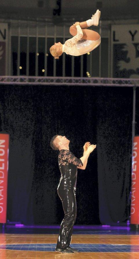 Spektakulært: Steinar Berg og Anne Ragnhild Olstad vant verdenscupen i akrobatisk rock'n'roll denne sesongen.Begge foto: Loren Tarillon