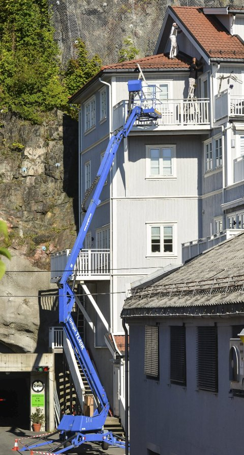 USIKRET: To arbeidere jobbet uten sikring, anslagsvis 15 meter over bakken. Etter KV tok dette bildet torsdag, kom arbeiderne tilbake med sikringsutstyr.