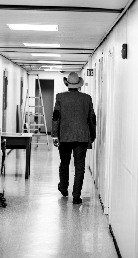 – Jeg er svært takknemlig for livet. De fleste onkologene ved Ahus og Radiumhospitalet har gjort en fremragende innsats. Det er så flott å kunne gi noe tilbake til forskningen i form av bedre behandling av kreftpasienter. IFEs nysatsing innen «Life Science» gir meg nå denne muligheten, sier Jan som ofte har på sin skreddersydde cowboyhatt i gangene på Kjeller-instituttet.Foto: Tom Gustavsen