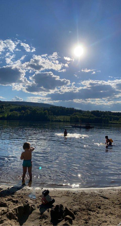 Badetemperaturen i sjøene stiger fort når varmen er stabil og nettene er lange. Jenny Thorkildsen mener at varmen de siste dagene har gjort vannet mer badevennlig for den som søker svalende strender.