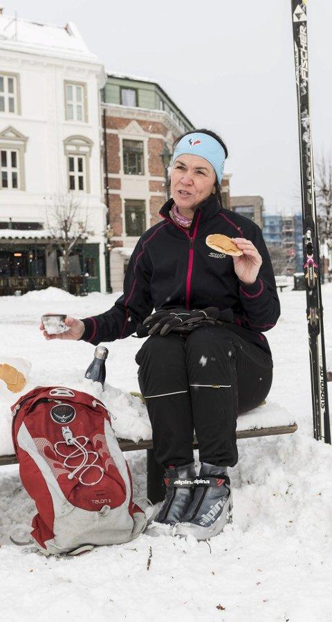 Søndre torg: Hvilepause midt i sentrum, med matpakke og kaffe, for Trude Berg Hauge.