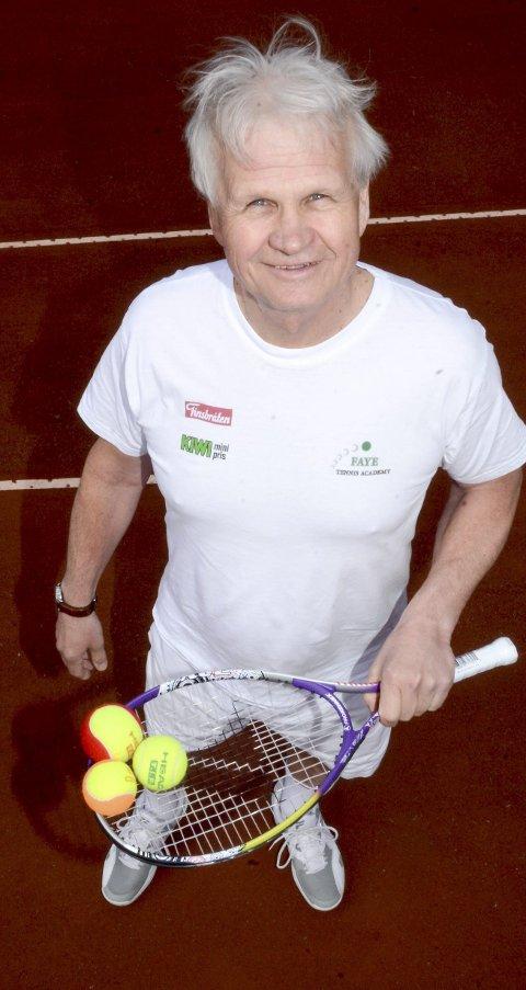 KLAR: Øyvind Morris Faye gleder seg til å komme i gang med tennisskole i Askim.