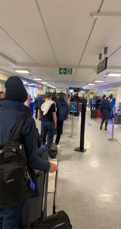 FOLKSOMT: Med tre avganger på 20 minutter var det en del reisende på plass på Helganes søndag. Bildet fra tipseren viser en del folk på flyplassen.