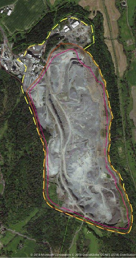 NESTEN 1.000 MÅL: Steinbruddet i Feiringsåsen sett ovenfra. Den rødstiplede linja nest ytterst viser grensa for søknad om konsesjon (utvinningsrett). Den grønne linja er Markagrensa. Ill.: Feiring Bruk