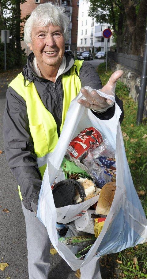 MILJØINNSATS: Rannveig Horntvedt og de andre frivillige i Sandefjord Søppelplukkerlag har i løpet av halvannet år plukket over 20 tonn plastemballasje og annet søppel. FOTO: BJØRN TORE BRØSKE