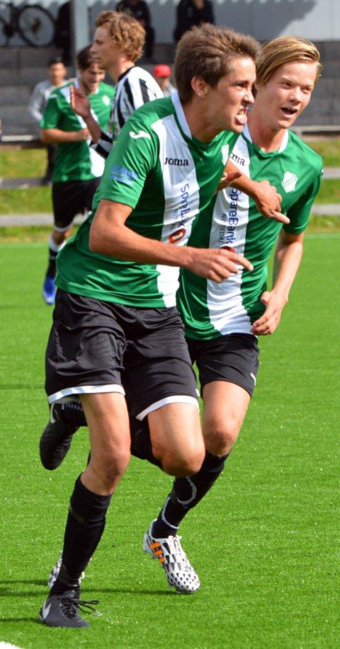 Tom Erik Grandre jubler ellevilt etter 2-1-scoringen sin. Unge Michael Lindviksmoen prøver å henge seg på.