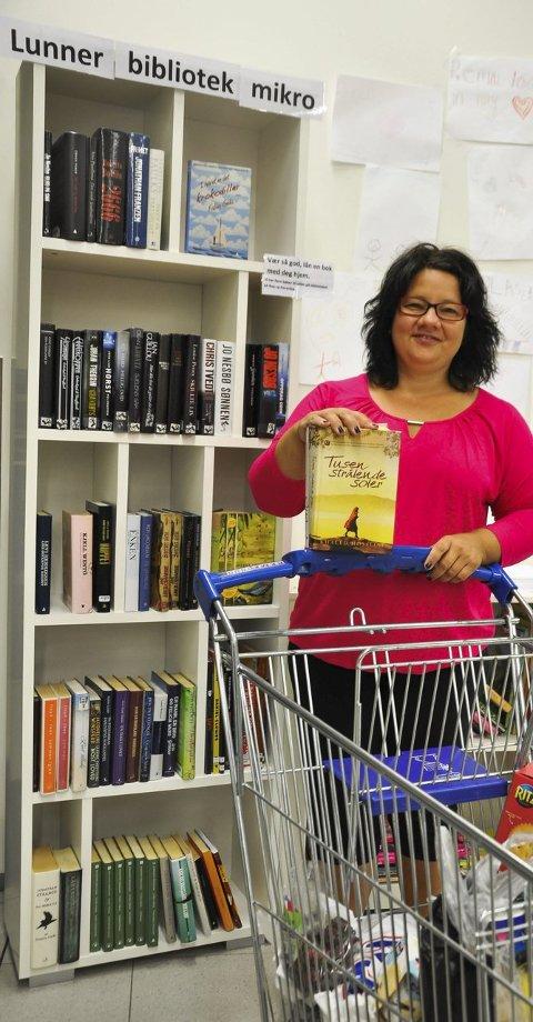 TILLIT: Har du lyst til å låne med deg ei bok når du er og handler på Rema på Grua, kan du bare ta med deg ei bok og levere den tilbake i bokhylla når du er ferdig. Eva Engskar biblioteksjef i Lunner, har tillit til at innbyggerne vil levere bøkene igjen.