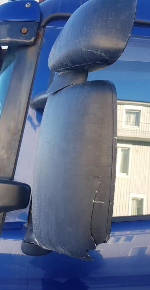 Speilet på lastebilen er skadet.