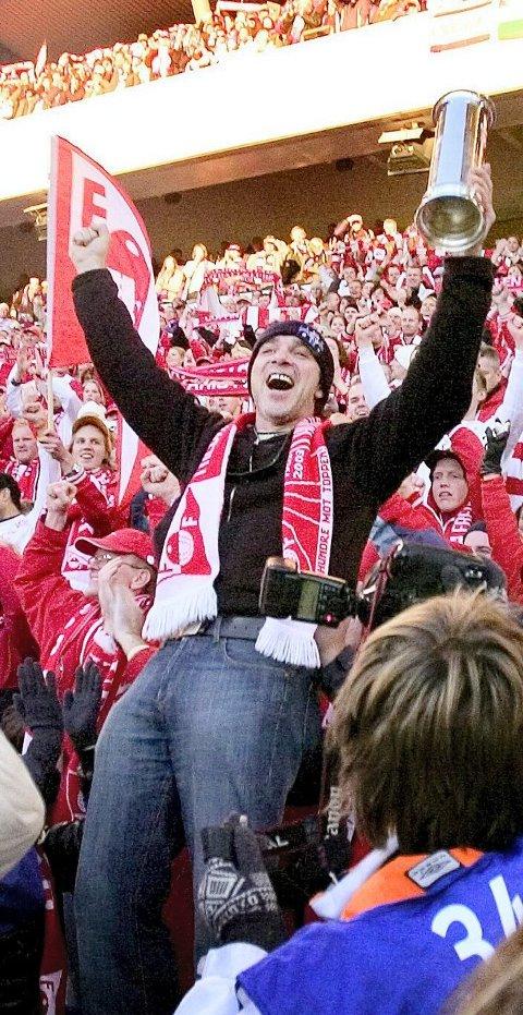 VIL HA FEST: Zoran Puvaca ønsker å oppleve slike stunder som FFK-supporter igjen. I 2006 ble han midtpunkt hos Plankehaugen da han fikk låne kongepokalen.