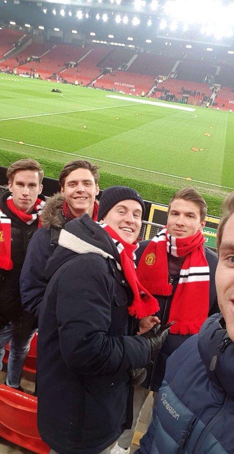 PÅ HJEMMEBANE: Som ihuga Manchester United-supporter har selvfølgelig Jonas Graneng Dahlen (nummer to fra venstre)  vært på klubbens hjemmebane Old Trafford i England. Fra venstre: Brede Moen, Eivind Stormoen, Eirik Kroglund og Ola Brovold.