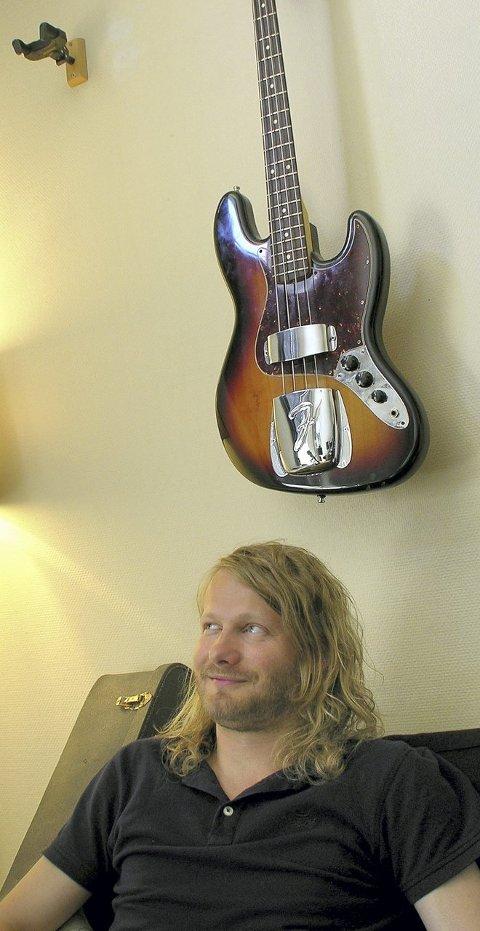 BASSEN: Ormestads gamle Fender-bass er med, også på denne ferden.