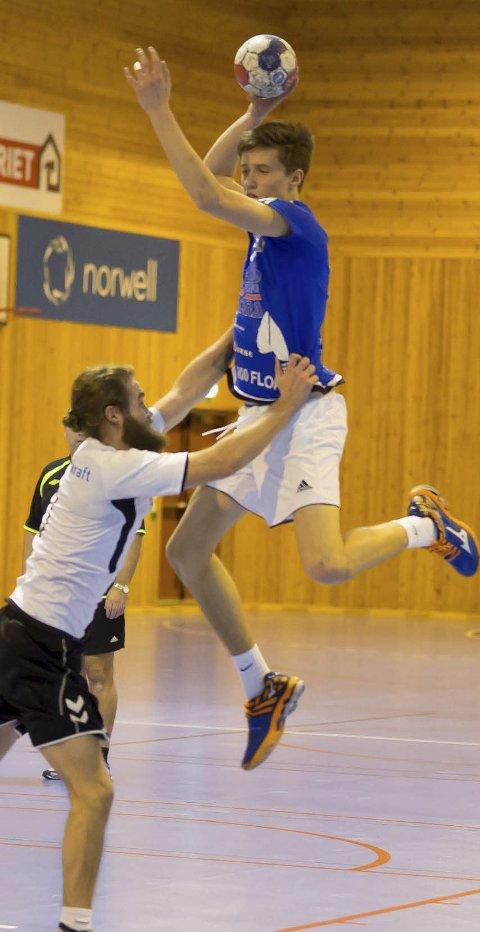 VANSKELEG Å STOGGE: Jakob Aven er ein vanskeleg motstandar å møte. Her i ein seniorkamp mot Sogndal der Aven scora 16! mål.
