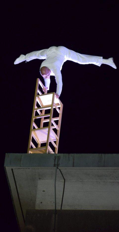 Verdensstjerne: Publikum lot seg imponere på fjorårets Ukulturnatt. Eskil Rønnnigsbakken, en av verdens fremste balansekunstnere, lekte seg med stoler på toppen av den gamle Viking-blokka som huser Smaalenenes Avis