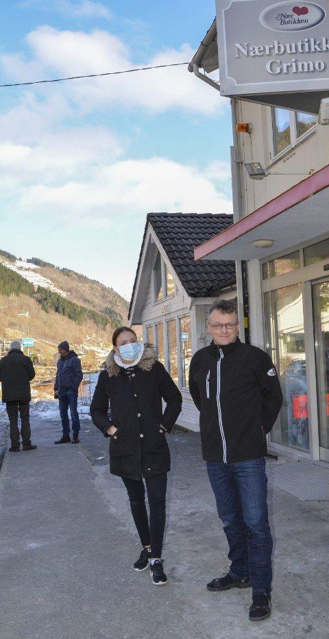 HANDELSMeNN I gRIMO: Siri Kolsø Aarekol og Stein Hauge Aarekol har ulike tiltak for trygg handel i butikken .  Bak Arvid Måkestad og Jan Helge Kibsgård. Båe foto: Mette Bleken