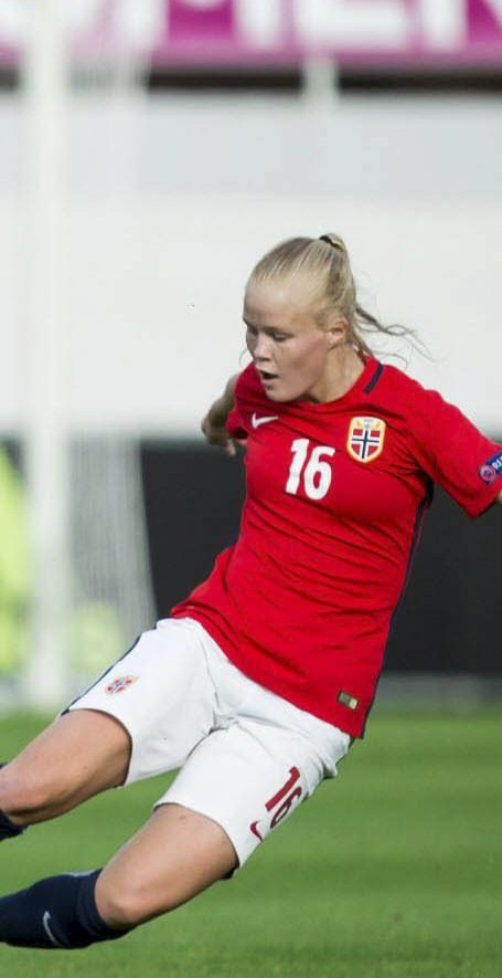 SKADET: Katrine Winnem Jørgensen måtte hjelpes av banen. Arkivbilde
