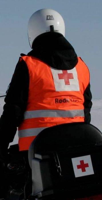 Foto: Johs H. Sekse 260307 med Eidfjord røde kors hjelpekorps på sjuketransport Hardangervidda Marita Meling Garen på snøscooter ved Dyranut til venstre scooter som skal til Rauhelleren T