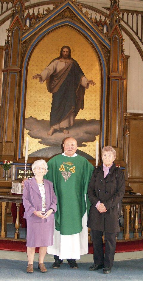 70 års konfirmanter; Vera Elisabeth Wicklund,  prest Gustav Schmidt  og Inger Guri Storvik.