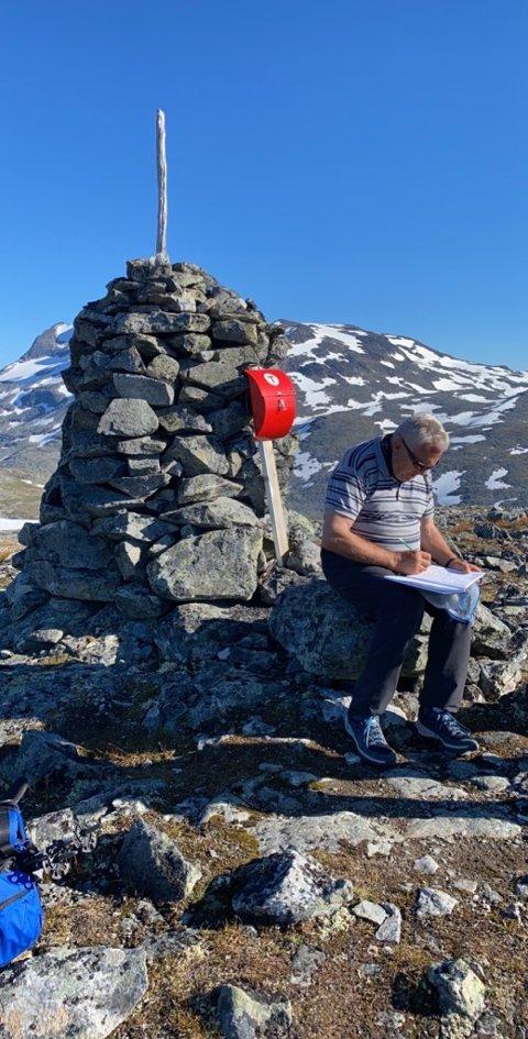 BEVIS: Anton Kjærvik (82) skriv seg inn i turboka på Friken. (Foto: Privat)
