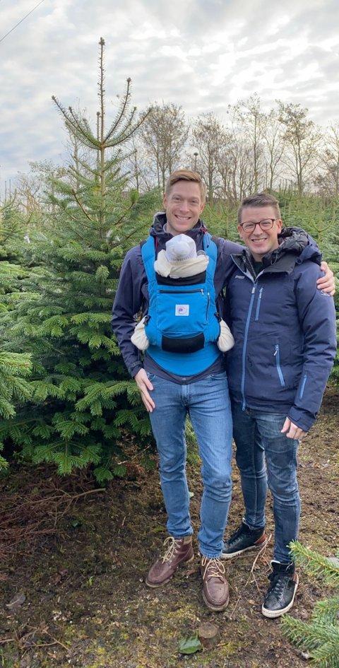 I år ble datter Eva med da Ole Ueland og ektemann Peter Schwarz hogget juletre på Ræge juletregård.