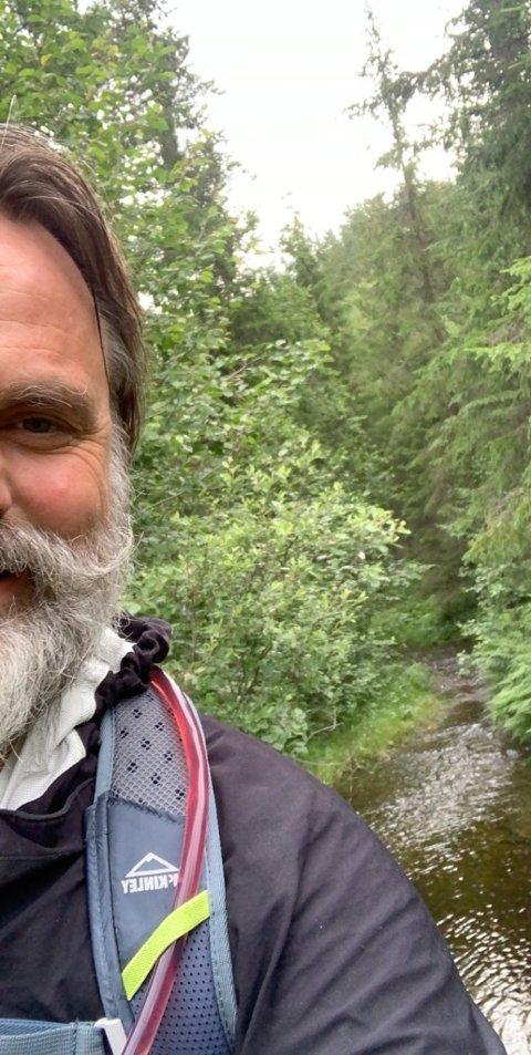 Skogens ro: Stauts Ørnulf Juvkam Dyve har søkt skogens ro i sommer. Her på tur fra Bagn til Tonsåsen.