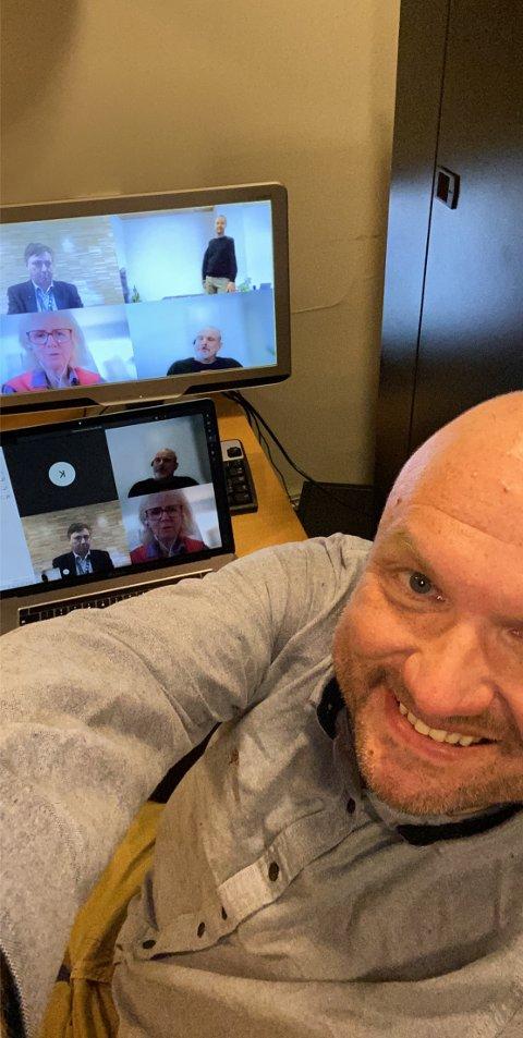 TESTER DIGITALT KOMMUNESTYRE: Mandag går formannskapets videomøte live, direkte fra politikernes skjermer. Neste mandag er det kommunestyrets tur. Her er det kommunens kommunikasjonssjef, Kristian Westgård, som tester løsningen.