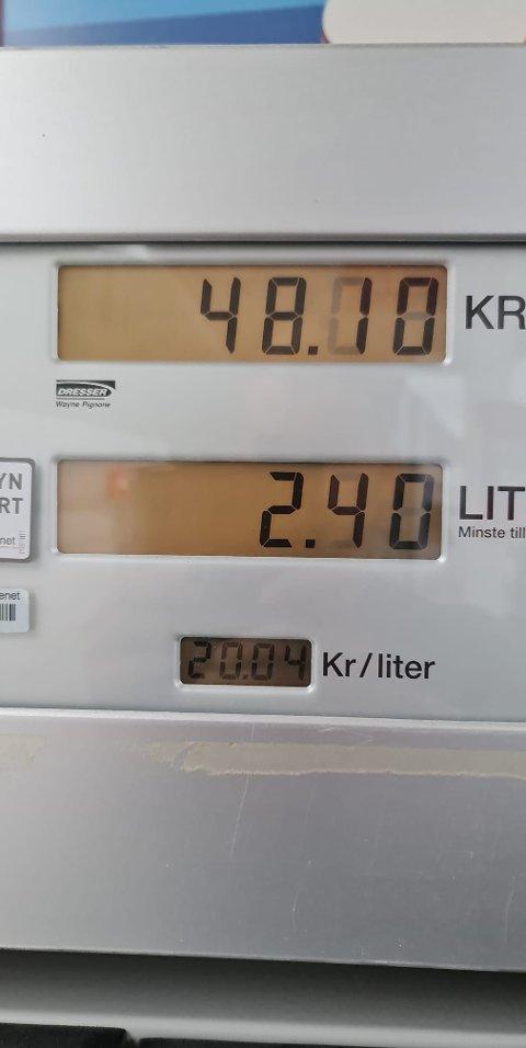Andreas Nymoen tok dette bildet av pumpa på Esso på Ankenes. Forrige uke kostet 98-oktan bensin over 20 kroner literen.