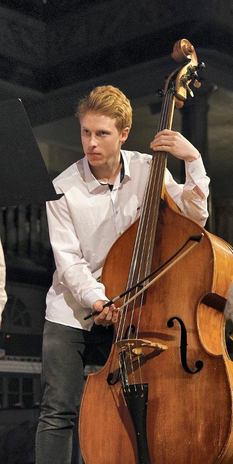 JAZZKAFE: Bassist Øystein Skjelstad Østensen med musikere holder konsert på EnergiMølla lørdag formiddag.