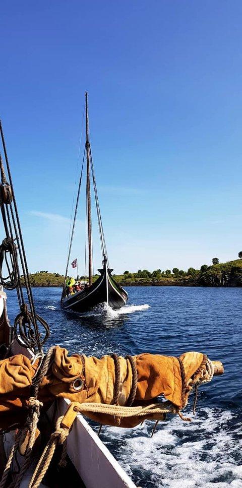 Tradisjonelle båter seiler ved Gildeskål.