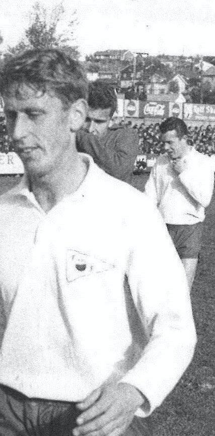 1966: Kjell og lagkamerat-ene går til pause i en kamp i 1966. foto: FFK 100 ÅR