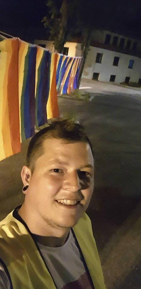 Christian Lomsdalen var blant den som hang opp hundrevis av regnbueflagg i Svortland.
