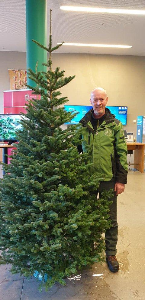 VANT FOR DETTE TREET: Johannes Løvland sammen med fjelledelgranen som han vant pris for.