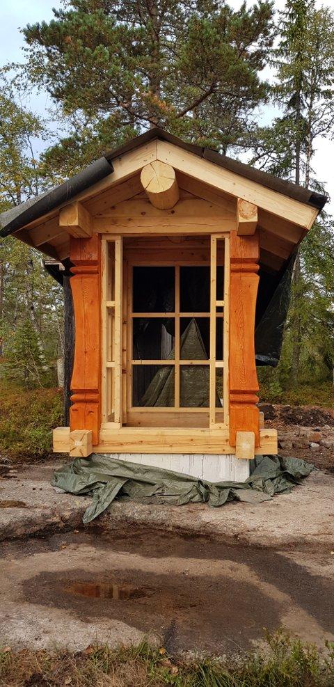 UTEDO: Snorri Leifsson Sanni har restaurert både hytte, anneks og utedo. Sistnevnte har høstet mange lovord på Facebook.
