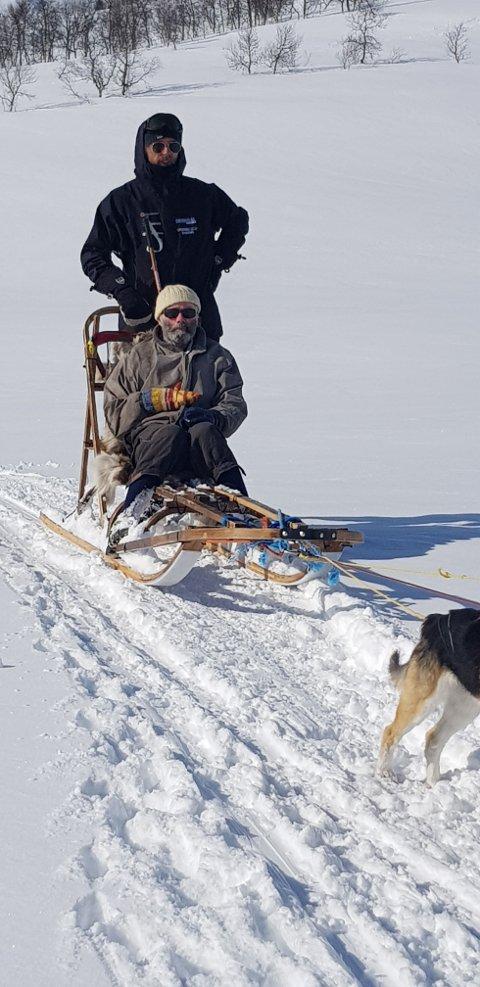 HUNDESLEDETUR: Jon Helén Pedersen fekk seg ein hundesledetur i Hodlekve-området i strålande sol langfredag.