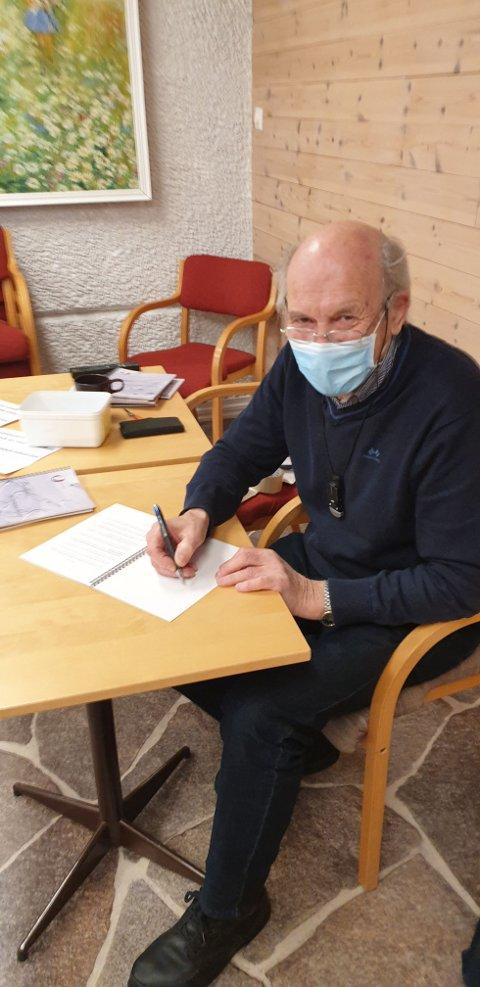 "POET: Arne Laderud signerer bøker - i ""koronasikkert"" miljø."