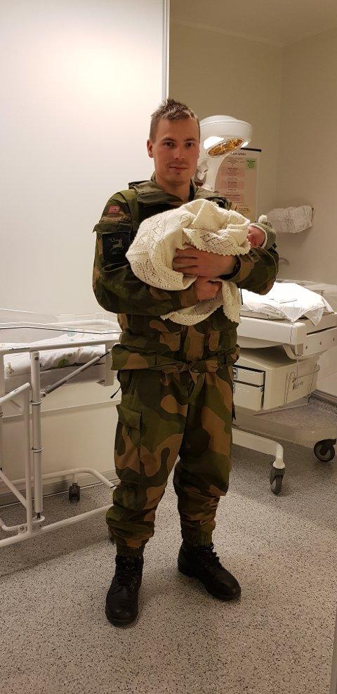 RETT FRA FELTEN TL UNN: Troppsjef i Heimevernet, Andreas Stenberg (30) måtte avbryte militærøvelsen som for tiden pågår rundt om i Troms Fylke og haste avsted til UNN da samboeren plutselig gikk inn i fødsel.