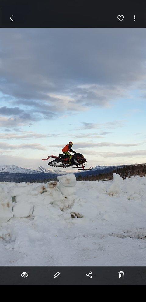 TEST: Med tilkjørt snø kunne førerne teste banen på ACR torsdag kveld. Lørdag arrangeres den siste runden av årets Helgeland Cup i scootercross. Foto: Svein Mediå