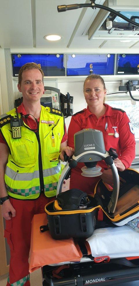 LUCAS-maskinen er et viktig hjelpemiddel for paramedic Trond Konradsen og ambulansearbeider Kristina Torsvik når ambulansebåten Eyr Ytterholmen skal ut på livreddende oppdrag på Helgelandskysten