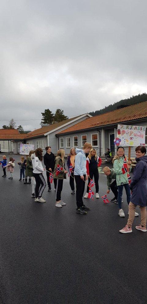 TOG: Elevene på Konsmo skole tjuvstartet feiringen og gikk i tog.