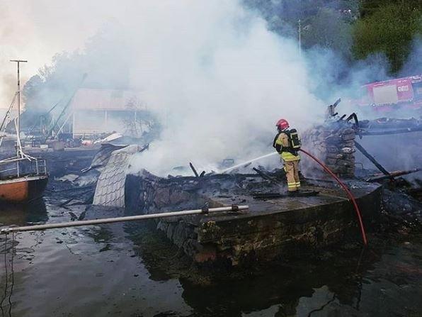 Brann i flere nøst og båter i Fana