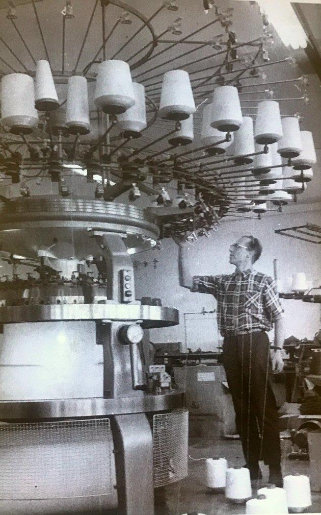 November 1970. Rundstrikkemaskinen framstiller 80 trimdresser pr. dag