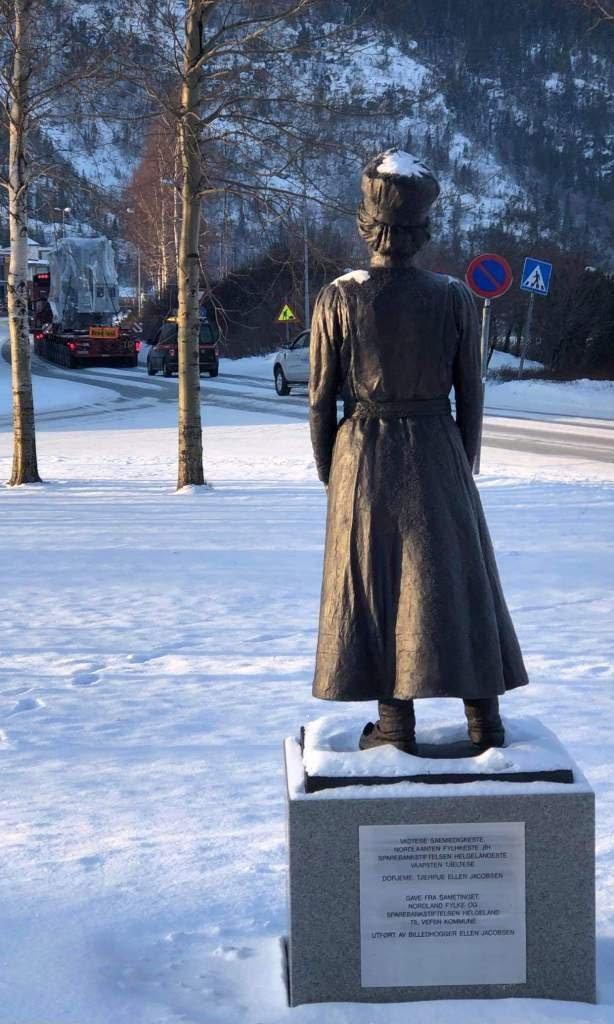 Transformatorer til vindkraftverket fraktes forbi statuen av Elsa Laula utenfor kommunehuset i Vefsn, 3. februar 2021. Foto: Tom Kvitnes