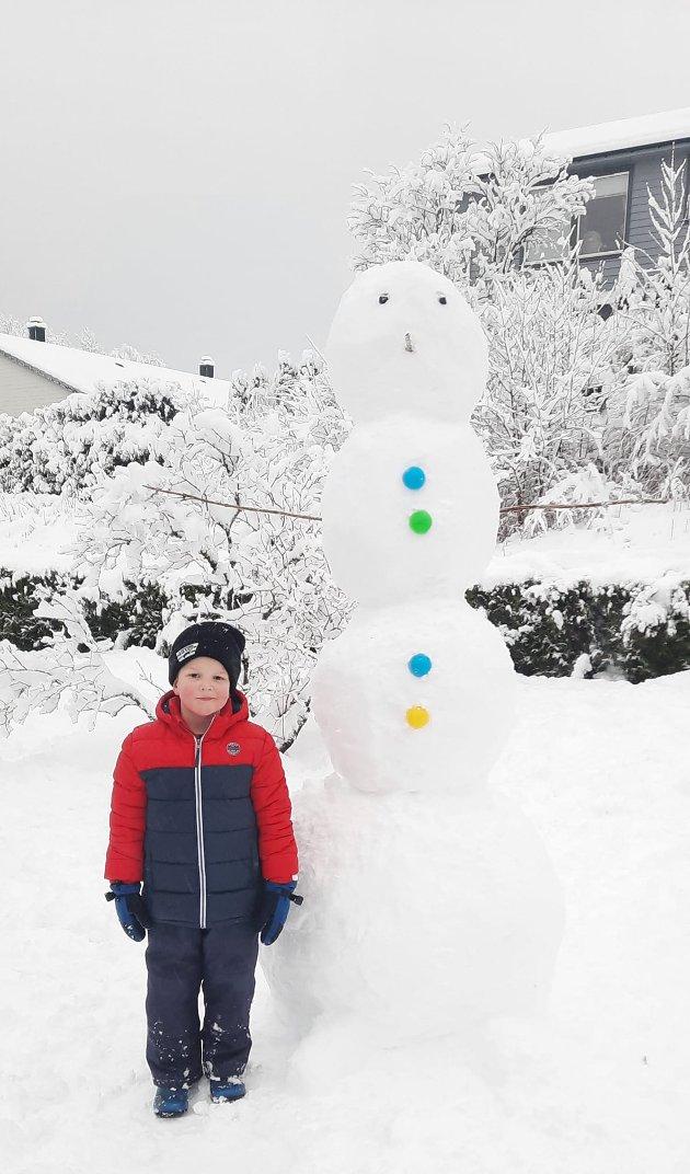 Her var snømannen så heldig å få fargerike knappar på seg.