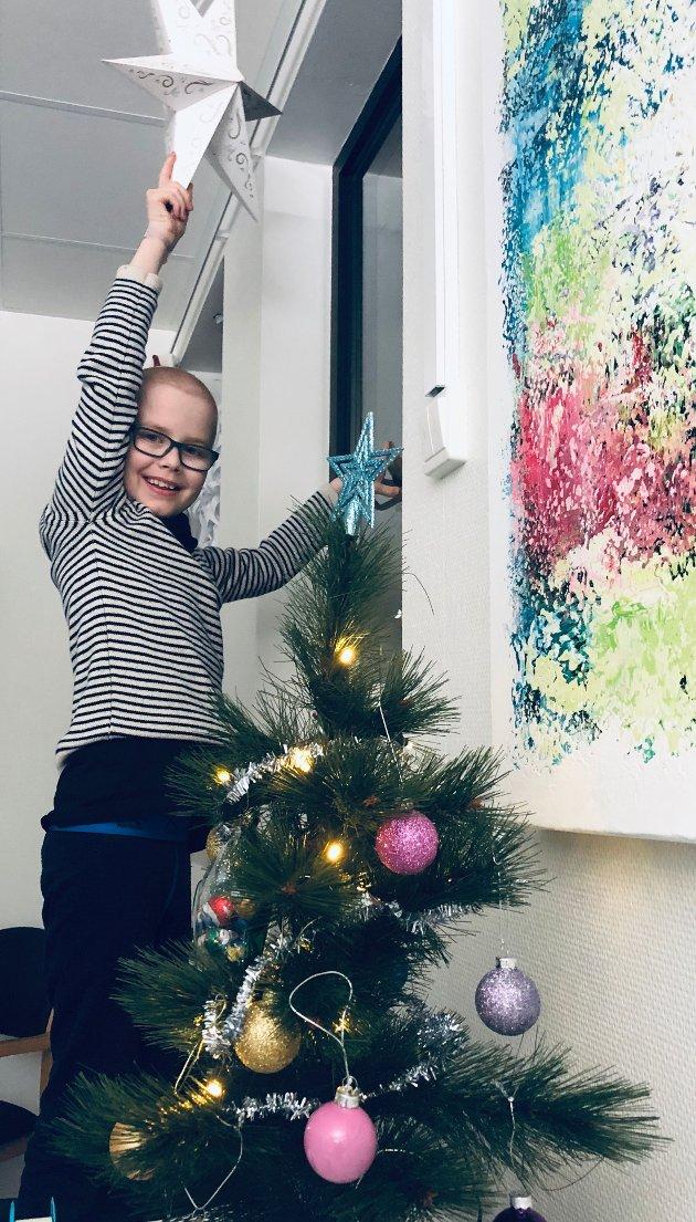 Odin er blitt 12 år og kreftfri, og skal i år feire jul hjemme med familien. Men han tenker mye på dem som går vanskelige dager i møte. Derfor har han vært på barneavdelingen ved Stavanger universitetssykehus for å henge opp stjerner for andre.