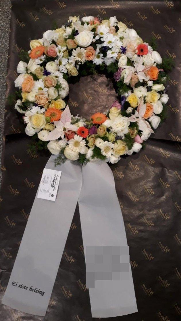 Ilebys Blomster tar bilde av alle bårekransene de lager. Bildene blir deretter sendt til bestilleren, som dermed får se kransen som blir levert til kirken.