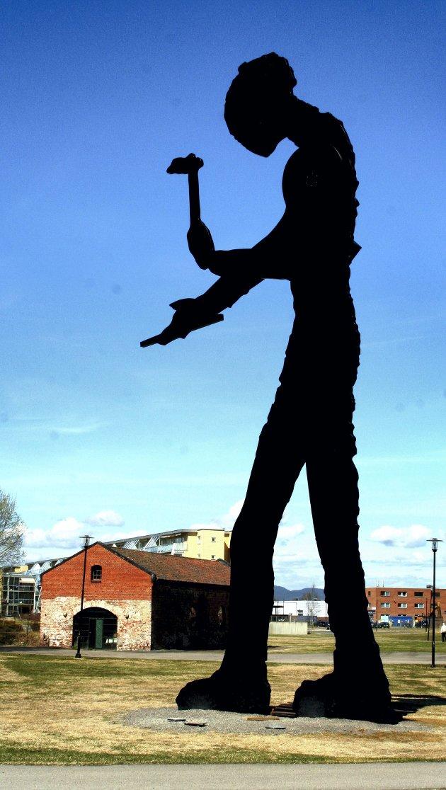 Hammer: Skulpturen «Hammering Man» er et viktig symbol for byen Lillestrøm, mener RBs kunstkritiker Rauand Ismail. Foto: Lars Petter Hallingstorp