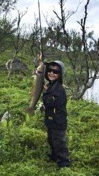 STOR FISK: Mikkel Myrskog (7) tok denne ørreten på halvkiloen på Finnmarksvidda.