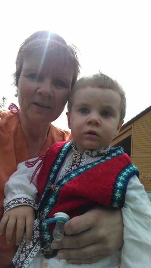 Koser med farmor på jobb. Anne Britt Rambjørg og Leander Rambjørg. 17.mai på Masfjorden Sjukeheim