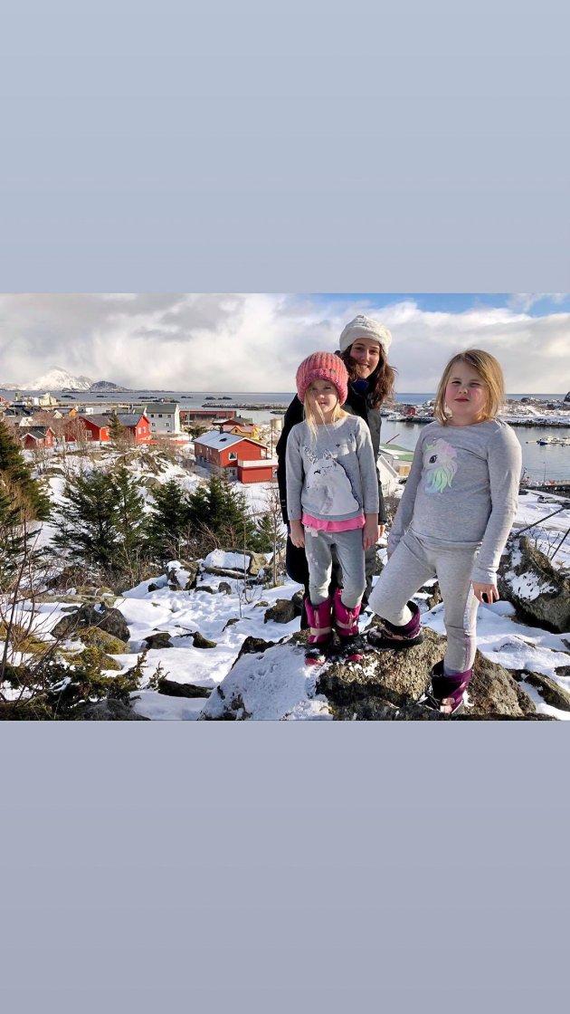 På besøk i vandrehjemmet på Ballstad er illustratøren Bruna Roque Mundo. Her sammen med Freyja og Ingrid på Ballstadheia