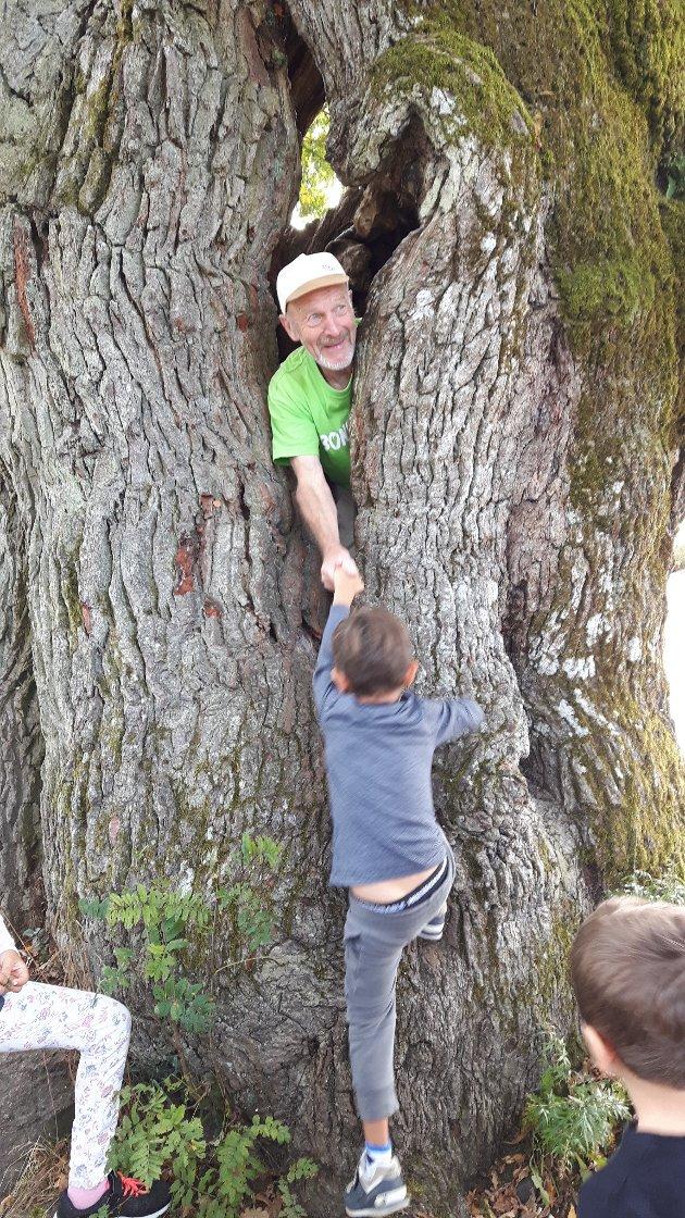 Mange unger syntes det var stas å ta en tur innom den gamle eika på Framnes.